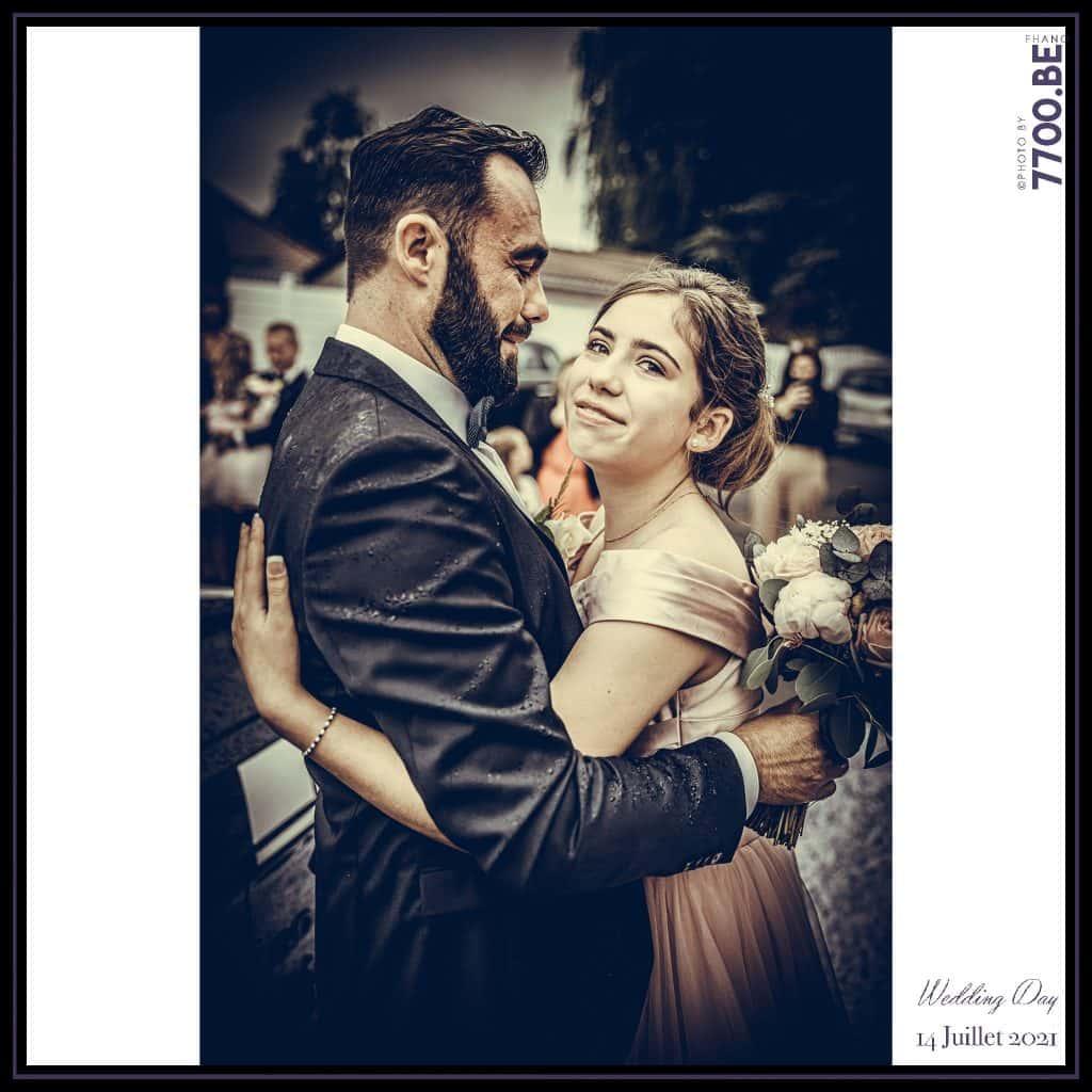 Arrivée du marié et remise du bouquet - Quelques photos © faites par le studio 7700BE et votre photographe Fhano lors du mariage de GERALDINE ET SEBASTIEN