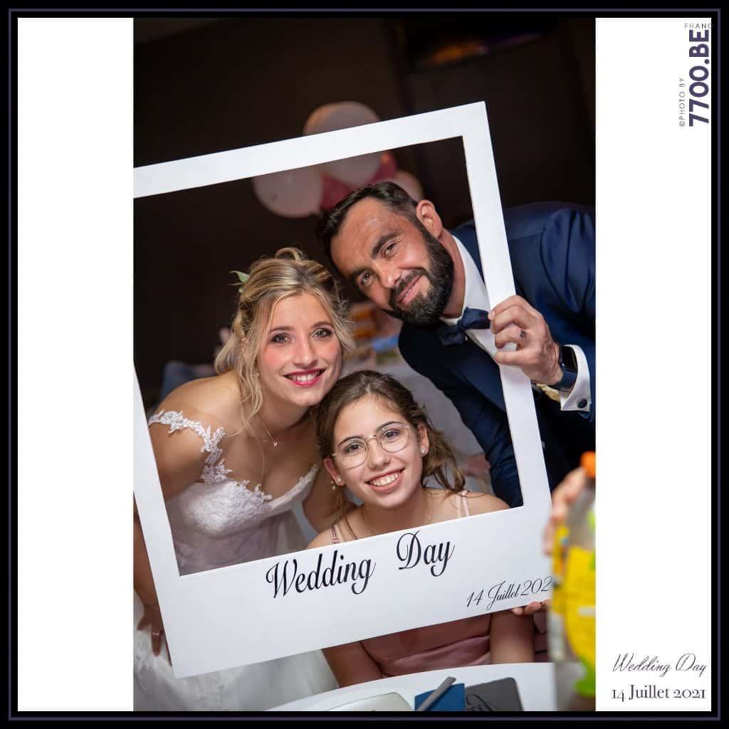 Séance photo avec cadre proposéé à table aux invités avec les mariés - Quelques photos © faites par le studio 7700BE et votre photographe Fhano lors du mariage de GERALDINE ET SEBASTIEN